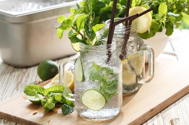 Lime limone soda menta rosmarino bevanda fresca estate