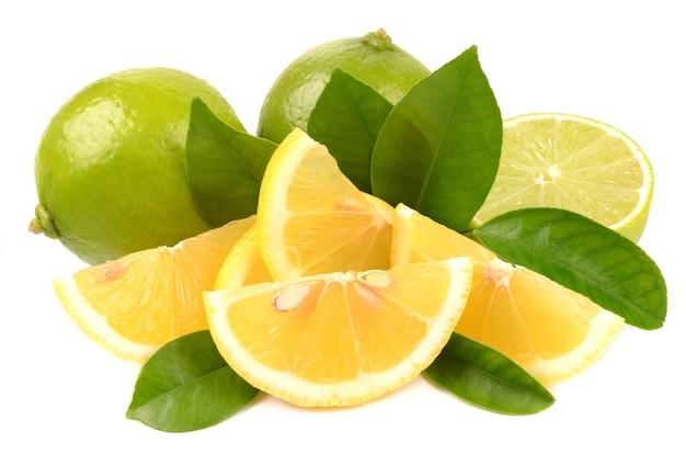 Calce e limone su sfondo bianco