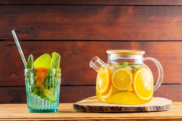 Tè freddo alla menta e lime in una teiera trasparente
