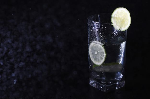 Acqua di calce. acqua potabile con lime fresco. acqua minerale. acqua salutare, ricca di minerali e rinfrescante con lime.