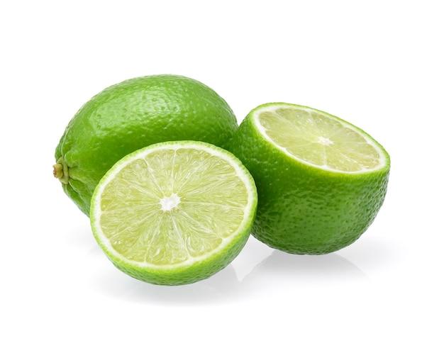 Limes isolati su sfondo bianco