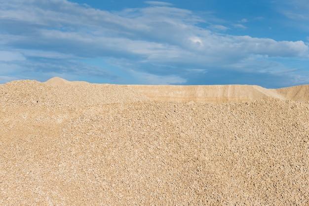 Calcare nello sviluppo della roccia sullo sfondo del cielo blu