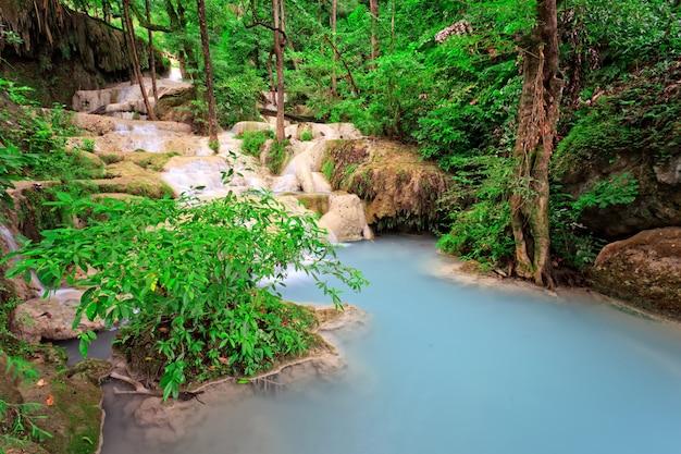 Cascata di calcare nella foresta tropicale, a ovest della thailandia