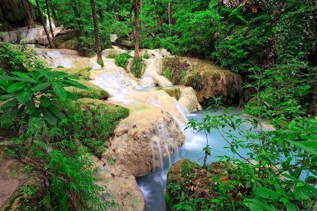 Cascata di calcare nella foresta tropicale, a ovest della thailandia Foto Premium
