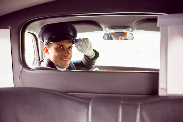 Autista di limousine che sorride alla macchina fotografica