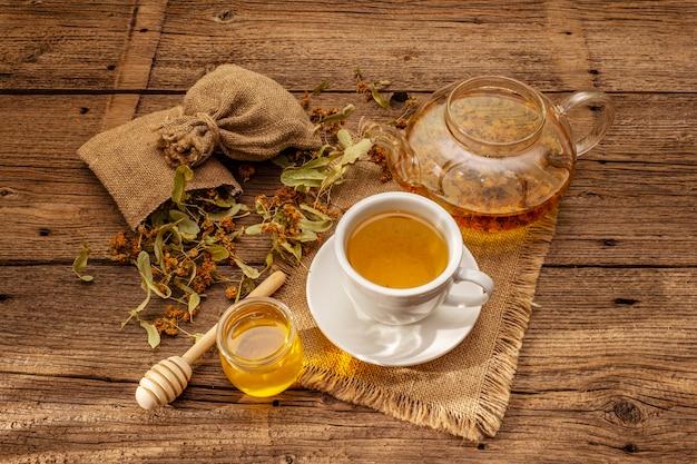 Tè al linden. fiori secchi e profumati. colazione mattutina soleggiata. bevanda calda per rafforzare il sistema immunitario, medicina alternativa