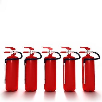 Una linea di cinque estintori rossi su sfondo bianco