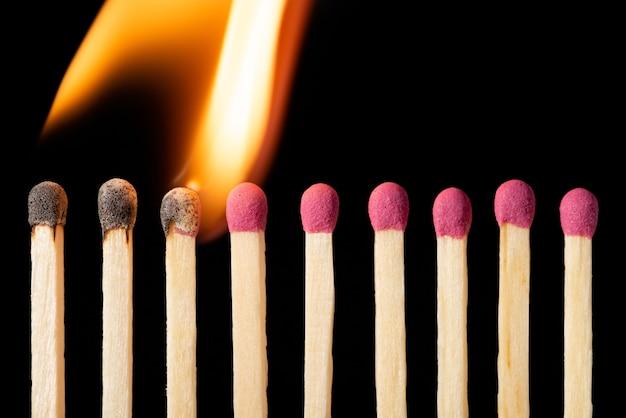 Linea di fiammiferi che si accendono uno per uno