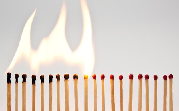 La linea con i fiammiferi e uno per uno si stanno accendendo