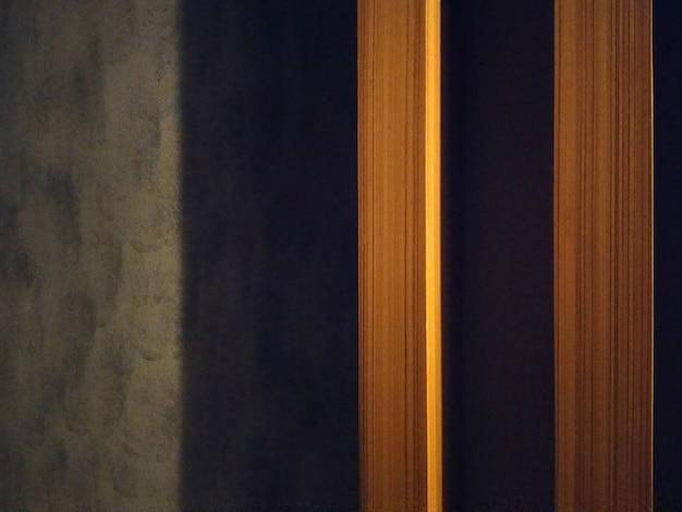 Linea fondo di legno marrone di struttura della plancia. mortaio nudo o muro di cemento sul pavimento in stile loft.