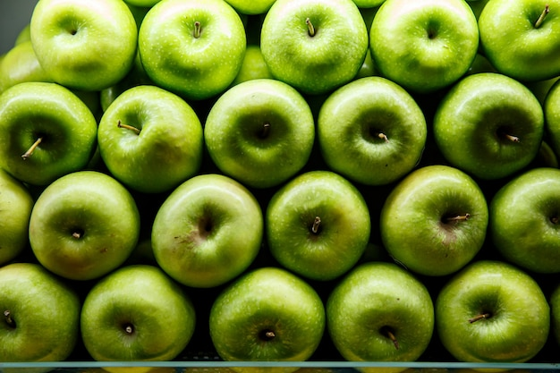 Foderato di mele verdi su un bancone.
