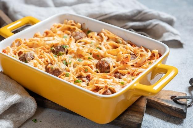 Linguine al forno con polpette, salsa di pomodoro e formaggio fuso