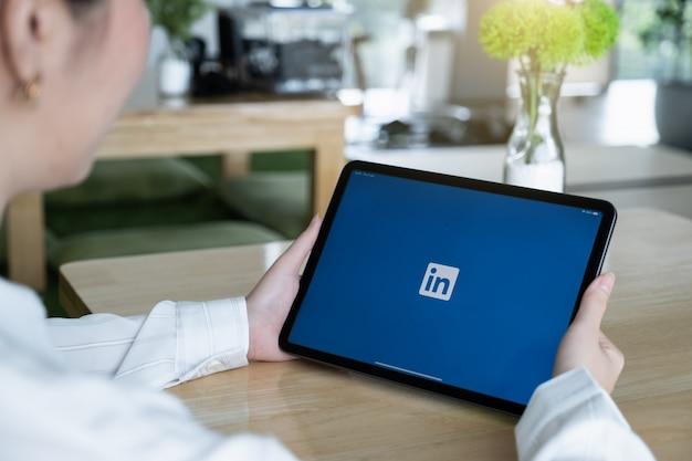 Logo linkedin sullo schermo dell'ipad. linkedin è un social network per la ricerca e la creazione di contatti commerciali. viene fondata nel 2002.