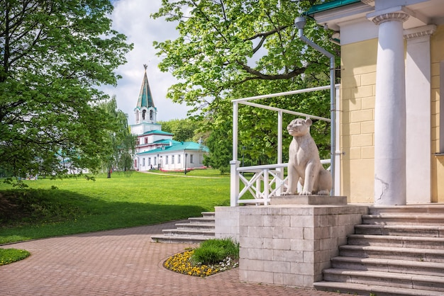 Lion al padiglione del palazzo e una vista del cancello anteriore in kolomenskoye a mosca in una giornata di sole estivo summer