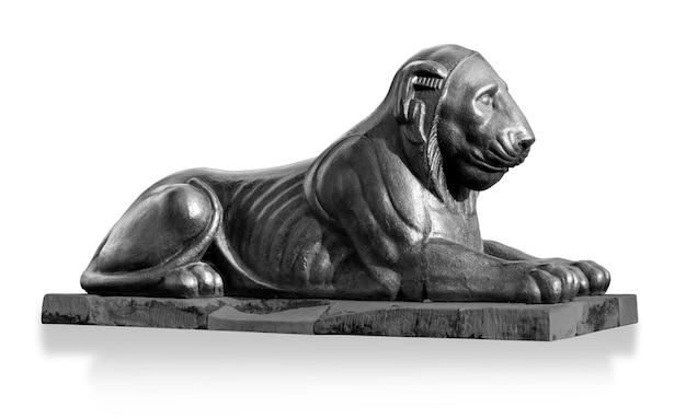 Statua del leone isolata su bianco