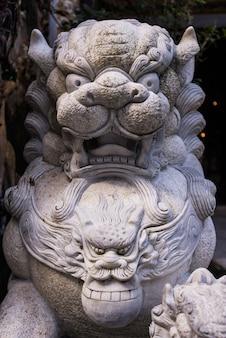 Statua di pietra del leone da cultura asiatica