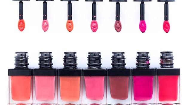 Lipgloss in contenitori e pennelli