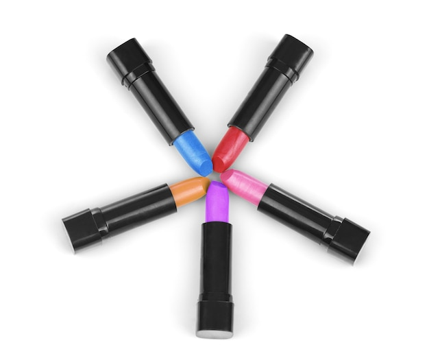 Colori del rossetto disposti in cerchio e isolati su uno sfondo bianco per formare un bordo della pagina