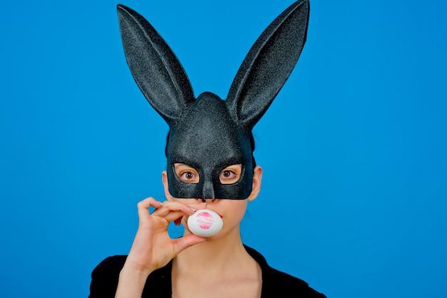 Stampa di bacio del rossetto sull'uovo di pasqua. buona pasqua. ragazza con orecchie da coniglio in pizzo. bunny donna. coniglietto di pasqua donna, coniglio e ragazza