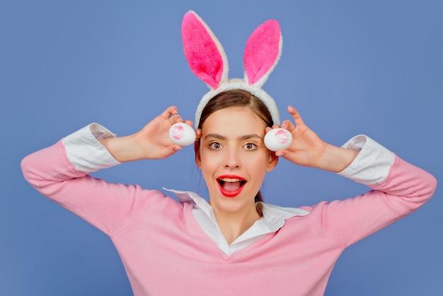 Stampa di bacio del rossetto sull'uovo di pasqua. labbra e pasqua, impronta di bacio del rossetto sull'uovo di pasqua. buona pasqua.