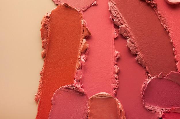 Campione di sbavature di rossetto su sfondo colorato beige