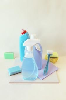 Detergenti liquidi in bottiglie di plastica prodotti per la pulizia della casa sullo sfondo chiaro del tavolo