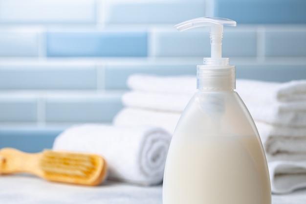 Sapone liquido o lozione per il corpo impostato nel bagno dell'hotel, primi piani