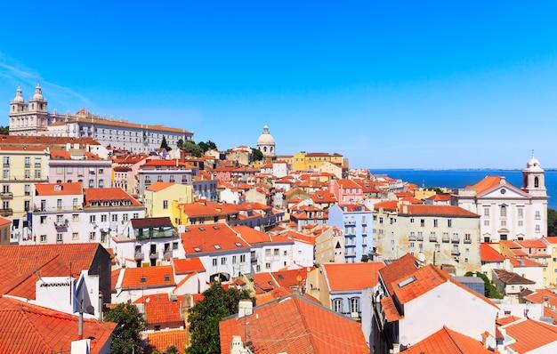 Paesaggio urbano di lisbona, vista della città vecchia di alfama, portogallo