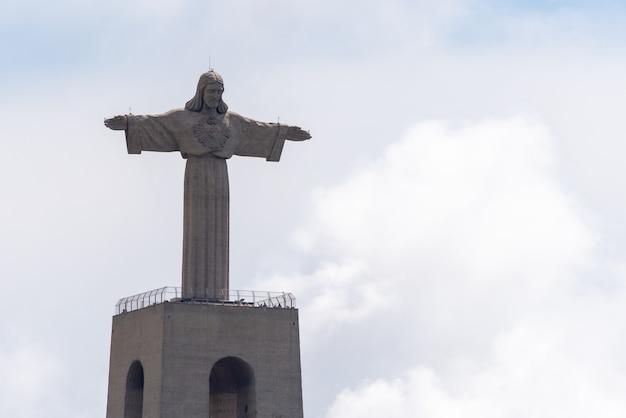 Lisbona, portogallo 18 aprile 2019: la statua di gesù cristo a lisbona, portogallo