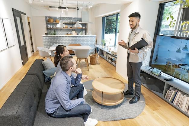 Ascoltando la spiegazione dell'interior designer