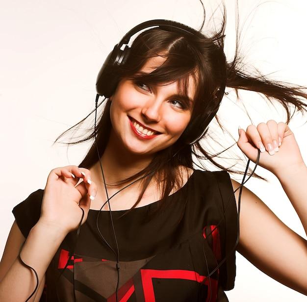 Ascoltando musica giovane donna