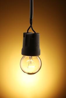 Una lampadina accesa sul giallo