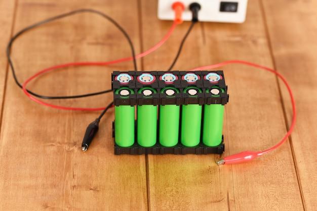 Porta batteria agli ioni di litio sul tavolo di legno.