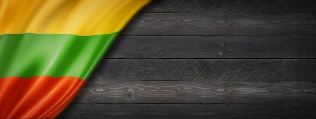 Bandiera della lituania sul muro di legno nero