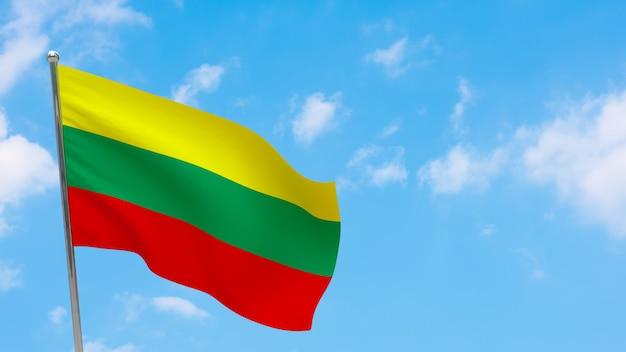 Bandiera della lituania in pole. cielo blu. bandiera nazionale della lituania