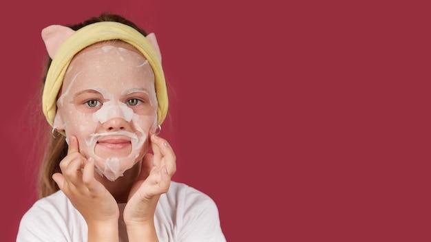 Little baby baby si prende cura della pelle con una maschera cosmetica idratante in tessuto