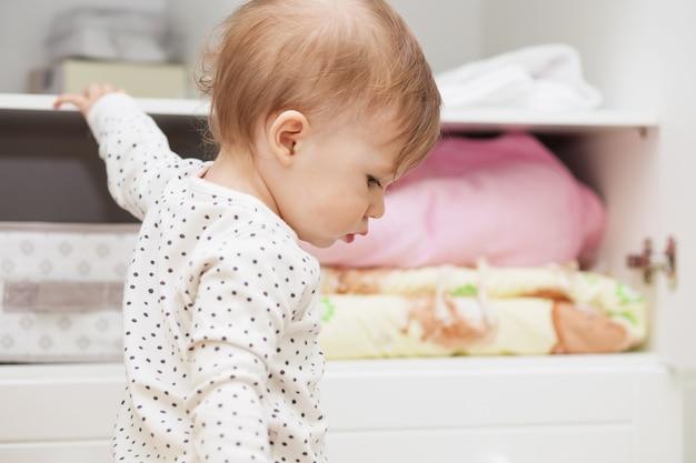 Piccola neonata nella stanza dei suoi bambini