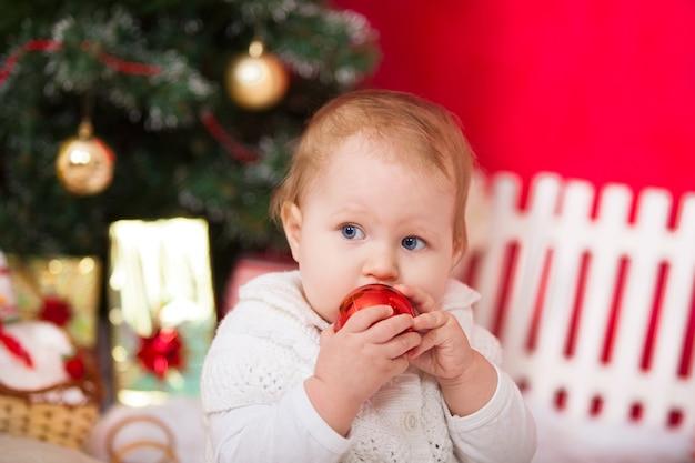 Piccola neonata con decorazioni natalizie