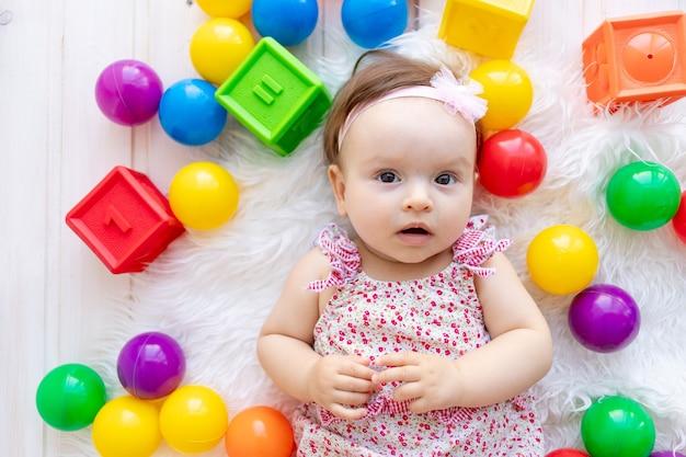 Piccola neonata con giocattoli colorati
