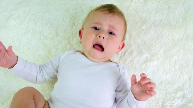 Il piccolo sta piangendo. messa a fuoco selettiva. bambino.