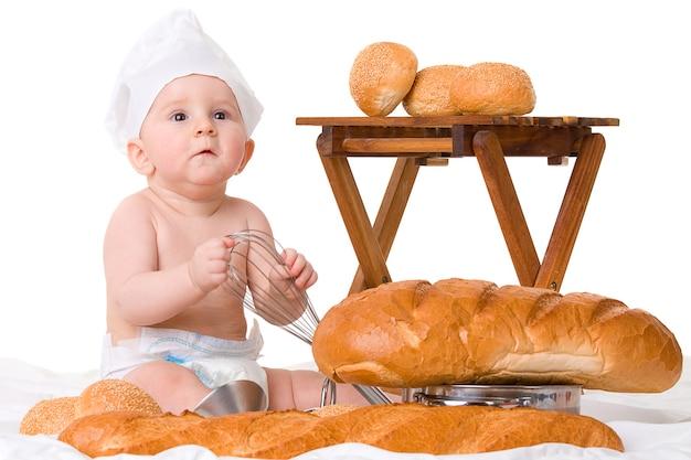 Piccolo bambino con pane isolato su bianco