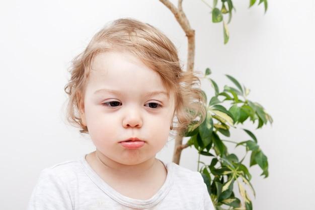 Piccolo bambino con labbra imbronciate. foto concettuale di emozioni dei bambini