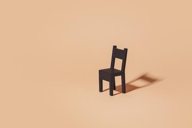 Piccola sedia giocattolo nera. vista laterale
