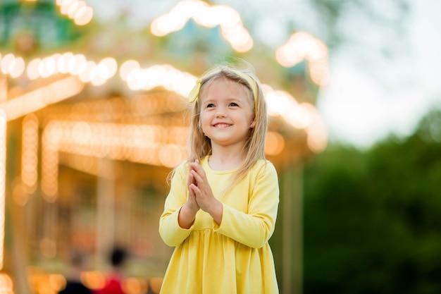 Bambina bionda nel parco divertimenti