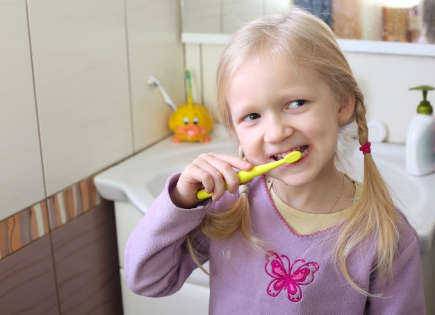Bimba bionda con spazzolino da denti
