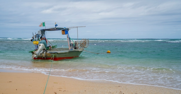 Piccola barca nel mare della sardegna