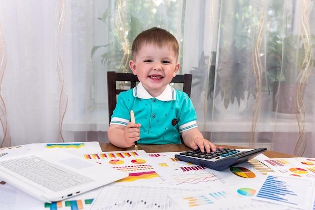 Ragazzino come analista utilizzando la calcolatrice in ufficio