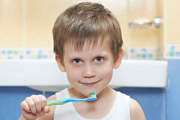 Ragazzino che si lava i denti in bagno