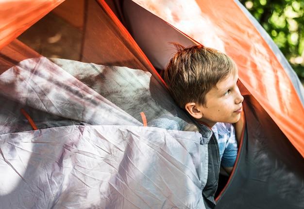 Ragazzino in campeggio nella foresta