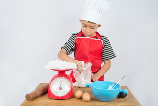Little boy cucina torta